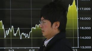 Nhật tung kế hoạch mới để kích thích tiêu dùng và hỗ trợ các vùng gặp khó khăn - REUTERS /Issei Kato