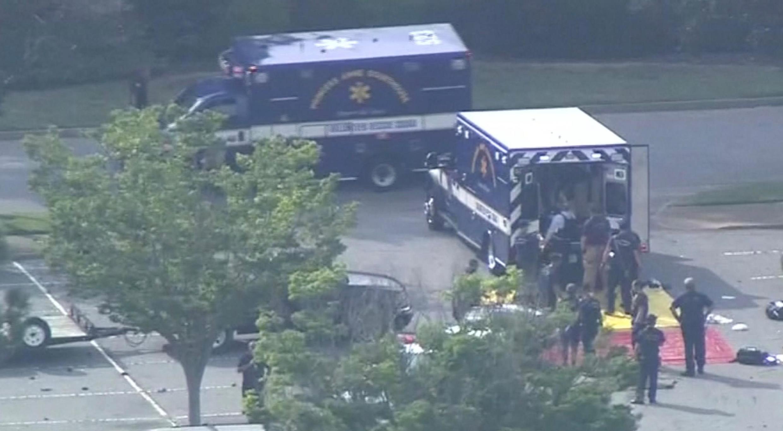 Les secours viennent en aide aux victimes de la fusillade de Virginia Beach qui a fait 12 morts le 31 mai 2019.