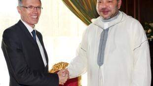 Le roi du Maroc, Mohammed VI, avec le PDG de PSA Peugeot Citroën, Carlos Tavares, le 19 juin 2015.
