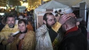 Священники благославляют протестующих на площади Независимости во время Рождества в Киеве 06/01/2014