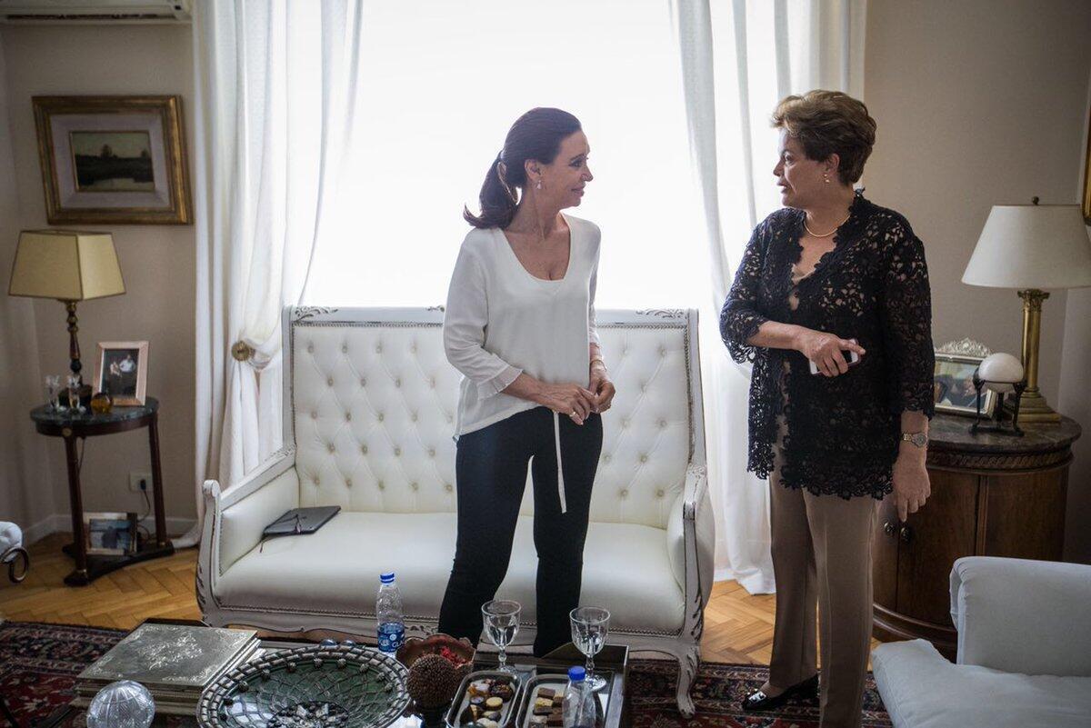 Cristina Kirchner (à esquerda) recebeu a ex-presidente Dilma Rousseff em seu apartamento em Buenos Aires.