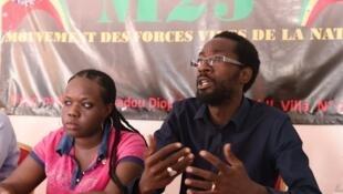 Fadel Barro, du mouvement sénégalais Y en a Marre, est une des figures à avoir participé de l'UPEC à Dakar. Ici, lors d'une conférence de presse le 11 mai 2015, à Dakar, aux côtés d'Aida Niang, du collectif BouJambarDem