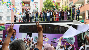 Les candidats font un signe de victoire aux partisans le 24 mai 2018 au siège du Parti populaire démocratique du Kurdistan (HDP) à Diyarbakir lors d'une réunion électorale pour présenter les candidats.