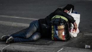 Un sans-abri dans une rue de Paris, le 16 avril 2020, au 31e jour de confinement en France.