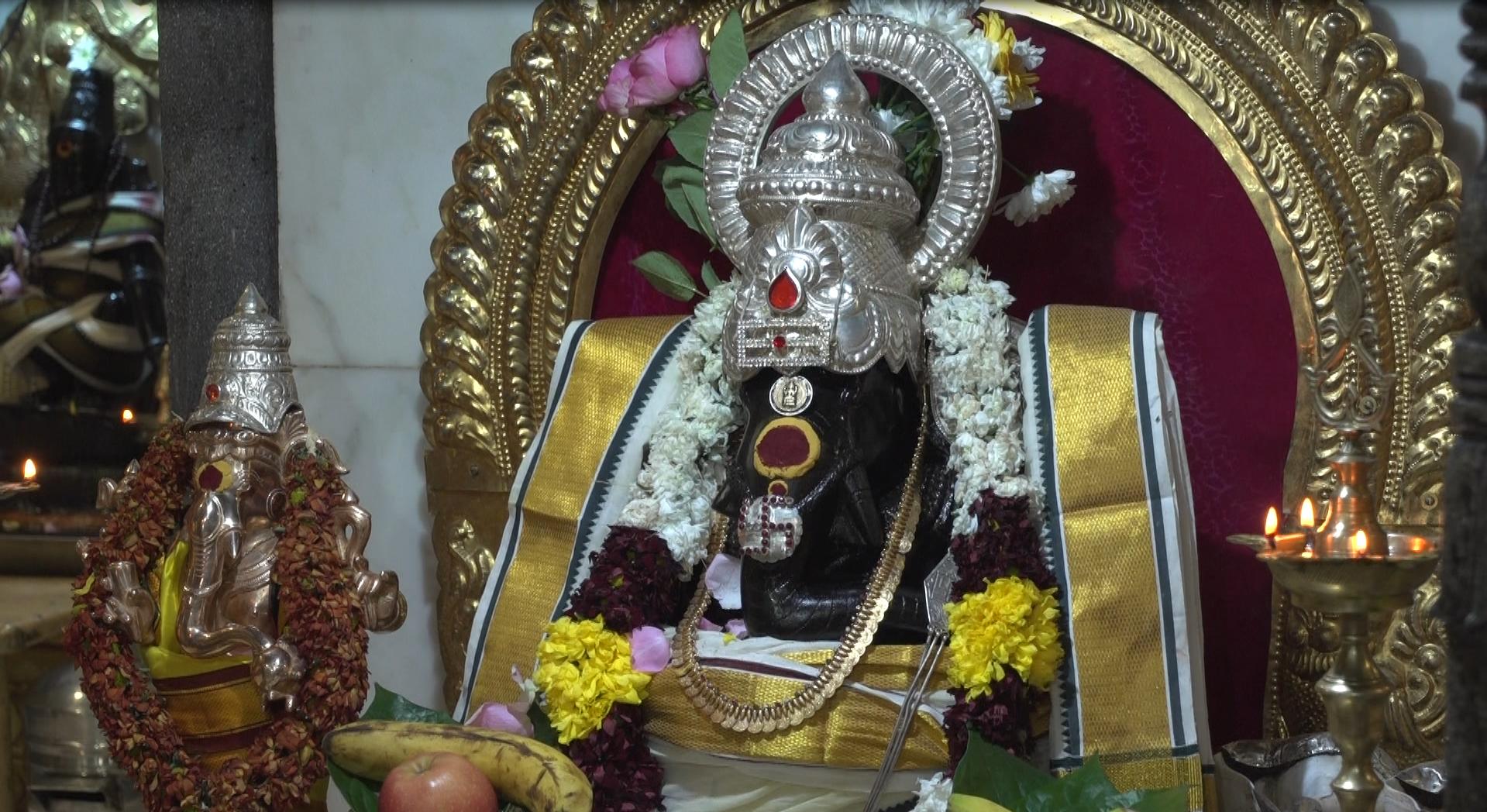 Le dieu Ganesh, dont la trompe est ornée d'un svastika (Paris, Temple Ganesh).