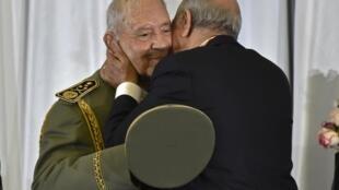 ژنرال احمد قايد صالح در آغوش عبدالمجید تیبون رئیس جمهوری جدید الجزایر