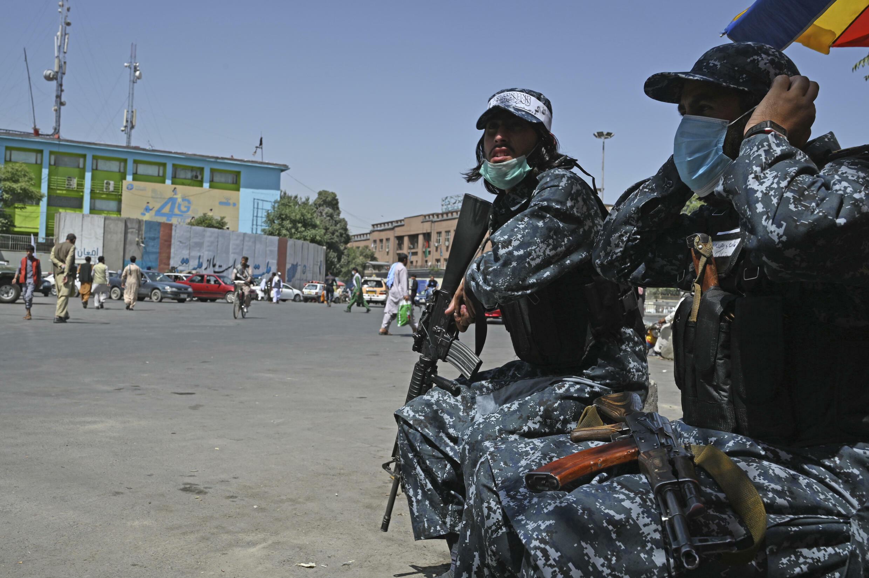 Combatientes talibanes montran guardia en una calle de Kabul, el 9 de septiembre de 2021
