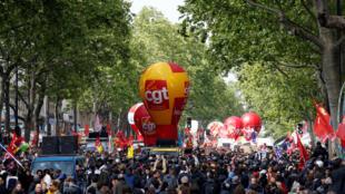 Des manifestants réunis à Paris, à l'appel des syndicats CGT, FO, FSU et Solidaires, ce lundi 1er mai.