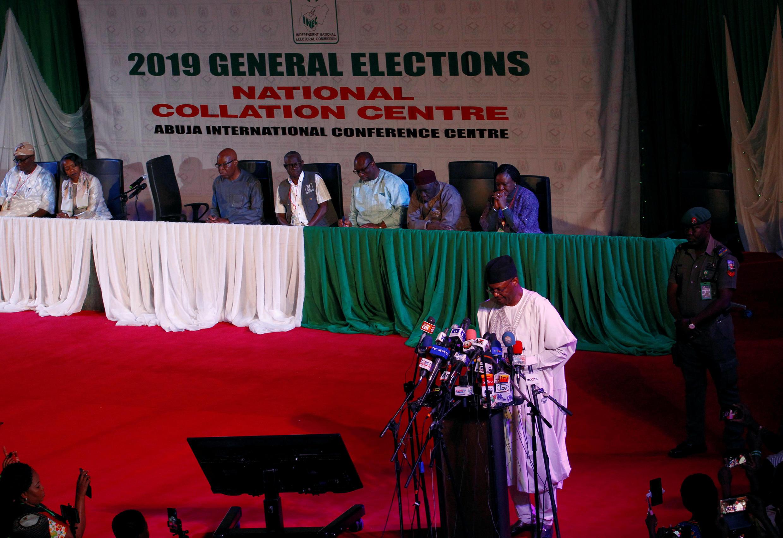 Tume ya Uchaguzi (INEC) yafanya mkutano na waandishi wa habari kuhusu kuahirishwa lkwa uchaguzi NIgeria. Anayesimama mbele ni Mwenyekiti wa INEC, Mahmood Yakubu.