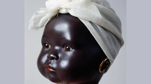 Côte d'Ivoire, à Abidjan, à Noël, la joie des enfants ce sont les poupéesnoires, élégantes, en tenues traditionnelles.