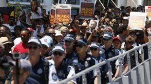 Protesto por mais direitos aos aboríbenes da Austrália, em Brisbane (14/11/2014).