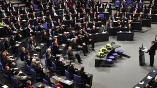 Le Néerlandais et Rom Zoni Weiss s'adresse au Bundestag en présence de la chancelière allemande Angela Merkel lors de l'hommage rendu aux Roms victimes du IIIe Reich, le 27 janvier 2011.