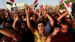 Depuis près de trois semaines, des cortèges quotidiens dénoncent la corruption et les services publics déficients.  Ici, à Nadjaf, le 27 juillet 2018.