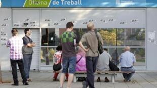 Desempregados catalães esperam a hora de abertura de uma agência pública de emprego em Barcelona, nesta imagem do dia 3 de julho.