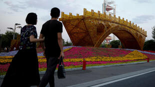 Công trình nghệ thuât ''Cầu Vàng trên Đường Tơ Lụa' của nghệ sĩ Shu Yong, mừng thượng đỉnh tại Bắc Kinh, về đề án Một Vành Đai Một Con Đường - OBOR. Ảnh ngày 10/05/2017.