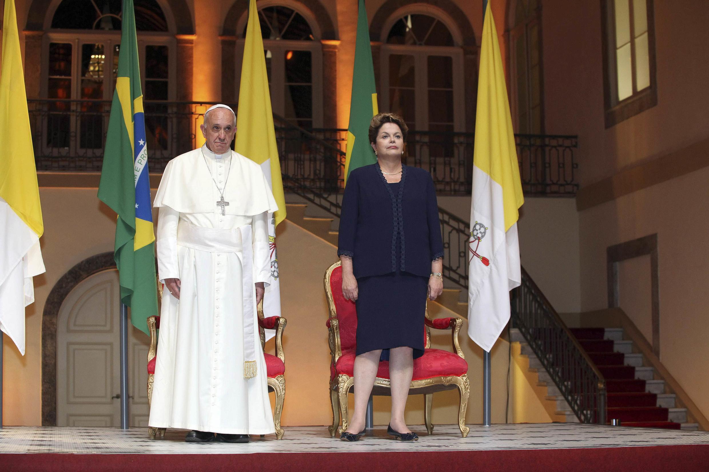 Le pape François aux côtés de la présidente brisilienne Dilma Rousseff, au palais de Guanabara, le 22 juillet 2013
