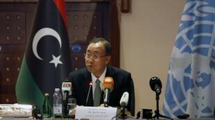 Sakatare Janar na Majalisar Dinkin Duniya  Ban Ki-moon  a lokacin da ya kai ziyara kasar Libya.