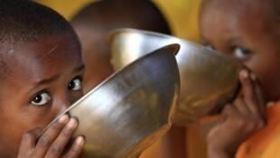 Wasu kananan yara daga Somalia a sansanin 'yan gudun hijira na Dadaab da kan iyakar Somalia da Kenya.