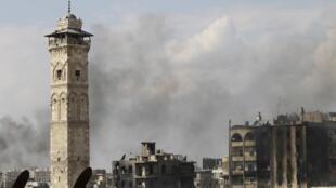 Grande mesquita de Aleppo; a cidade é cenário de intensos combates entre rebeldes e tropas leais ao presidente Assad.