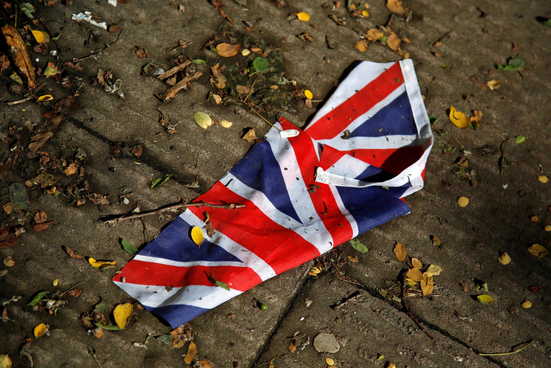 Un exemplaire de l'Union Jack, le drapeau du Royaume-Uni, trempé de pluie et abandonné sur le sol d'une rue à Londres, le 24 juin 2016.