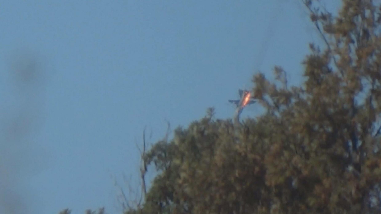 Le chasseur russe Su-24 s'écrasant à la frontière entre la Turquie et la Syrie, le 24 novembre 2015.