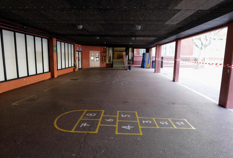 Une cours d'école vidée de ses élèves à Nice dans le sud e la France.