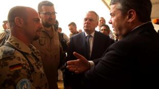 Les ministres français et allemand des Affaires étrangères ont rencontré des soldats allemands de la Minusma à Gao, le 7 avril 2017.