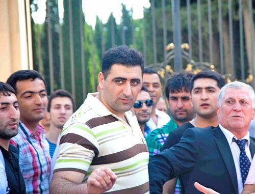 Освобожденный из-под стражи Рамиль Сафаров на аллее Шахидов в Баку 31/08/2012