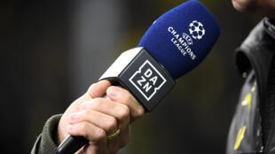 Un journaliste du diffuseur DAZN installe un microphone pour une interview avant un match de C1 à Dortmund, le 5 novembre 2019