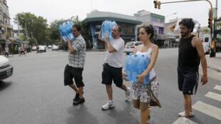 Em 30 de dezembro os termômetros marcaram 40,8°C em Buenos Aires onde houve distribuição de garrafões de água.