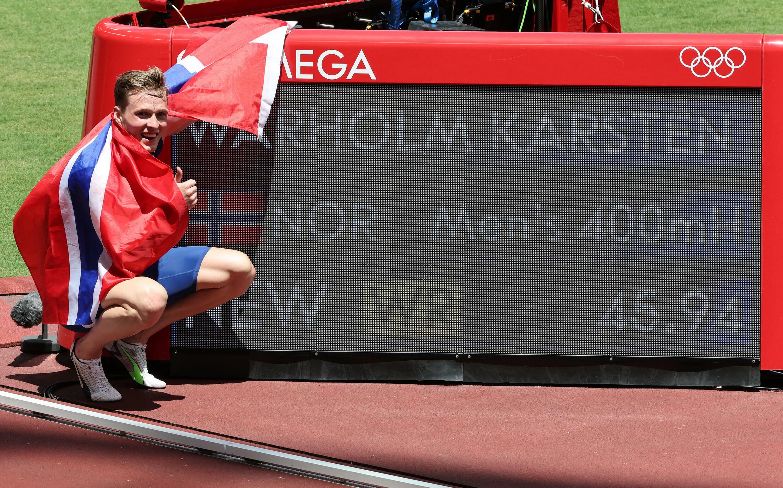 Le Norvégien Karsten Warholm pose devant son record du monde et olympique établi aux Jeux de Tokyo, le 3 août 2021