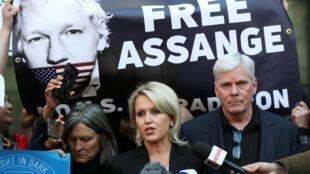在伦敦威斯敏斯特法庭前,支持者要求还阿桑奇以自由。