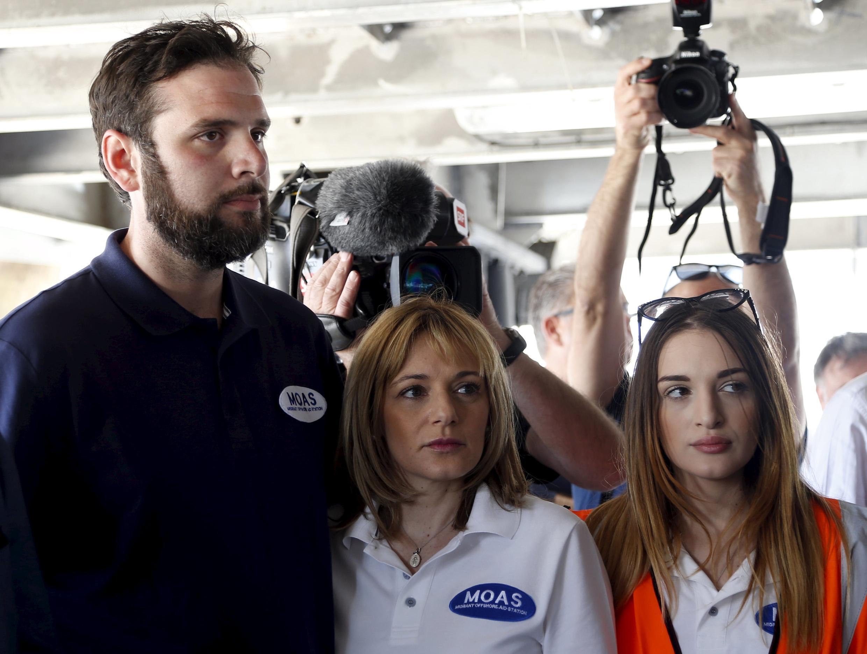 Christopher Catrambone, fondateur de MOAS, son épouse Régina Catrambone et sa fille, Maria Luisa Catrambone, lors d'une conférence de presse à bord du navire le Phoenix, affrêté pour apporter de l'aide aux migrants en Méditerranée, le 2 mai 2015.