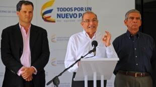 El representante del gobierno colombiano, Humberto de la Calle, lee un documento durante una conferencia de prensa en La Habana, 20 de abril de 2015.