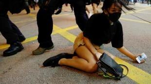 香港一示威女子被警察推到在地