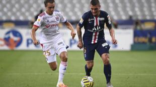 Marco Verratti, ballon au pied, au duel avec le Lyonnais Maxence Caqueret lors de la finale de la Coupe de la Ligue remportéepar le Paris SG le 31 juillet 2020 au Stade de France