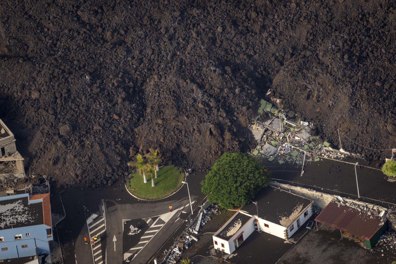 La lava de una erupción volcánica fluye en la isla de La Palma en Canarias, el 23 de septiembre de 2021