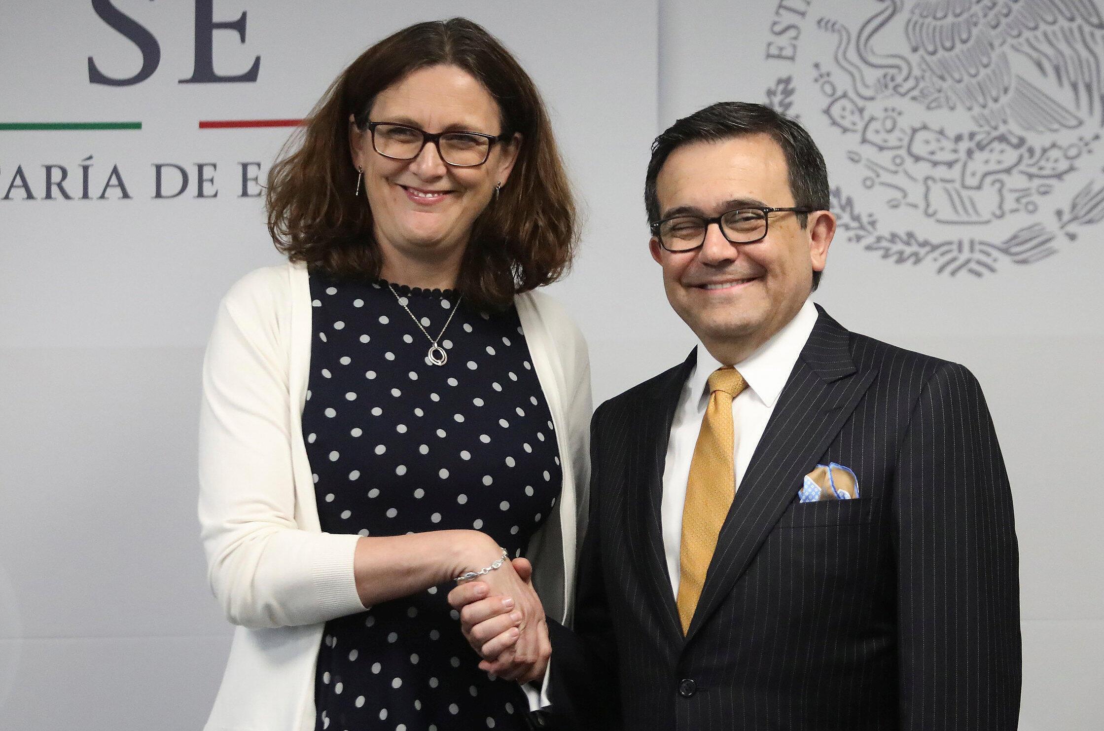 La comisaria de Comercio de la Unión Europea Cecilia Malmström y el secretario de Economía de México Ildefonso Guajardo en una conferencia de prensa, este 8 de mayo de 2017 en Ciudad de México.