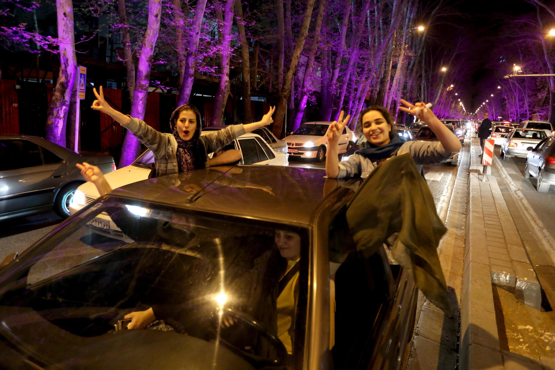 Des iraniennes manifestent leur joie à Téhéran après l'annonce de la signature de l'accord-cadre sur le nucléaire.