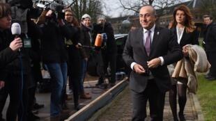Le ministre turc des Affaires étrangères, Mevlut Cavusoglu, à son arrivée à Amsterdam pour la réunion sur la question des réfugiés syriens avec ses homologues européens, le 6 février 2016.