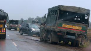 Des véhicules militaires aux abords de Harare, la capitale du Zimbabwe, le 14 novembre 2017.
