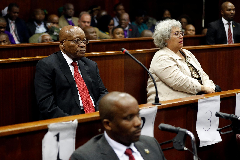 L'ex-président sud-africain, Jacob Zuma, lors de l'ouverture de son procès aux côtés d'une représentante de Thales, Christine Guerrier, à Durban, le 6 avril 2018.