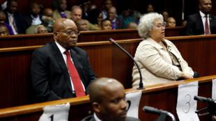 Rais wa zamani wa Afrika Kusini Jacob Zuma wakati wa kesi yake, akiongozana na mwakilishi wa kampuni ya Thales Christine Guerrier huko Durban tarehe 6 Aprili 2018.