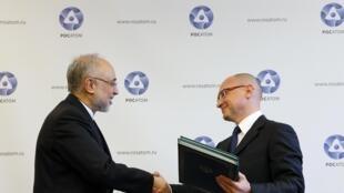 Sergueï Kirienko à la tête de l'agence publique russe de l'Énergie atomique et Ali Akbar Salehi, le directeur de l'agence de  l'Organisation iranienne de l'énergie atomique, lors de la signature d'accords, le 11 novembre à Moscou.