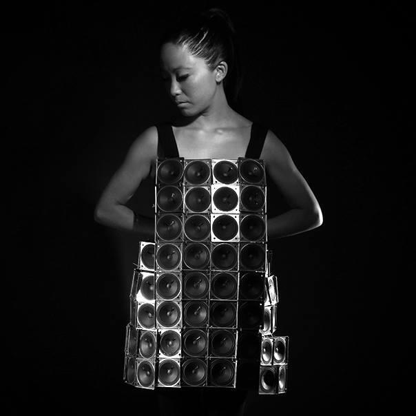 Pauchi Sasaki y su primer Speaker dress, un vestido con más de cien parlantes y sensores