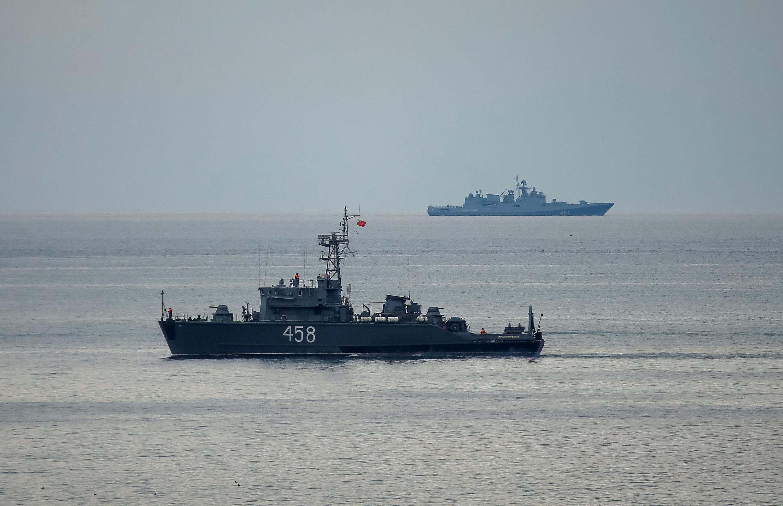 Des bâtiments de la marine russe poursuivent les recherches en mer Noire, après le crash du Tupolev, ce lundi 26 décembre 2016.