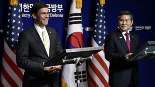 Bộ trưởng Quốc Phòng Mỹ, Mark Esper (T) và đồng nhiệm Hàn Quốc, Jeong Kyeong-doo trong buổi họp báo tại Seoul ngày 15/11/2019.