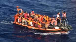 Il faudra sept heures aux sauveteurs de SOS Méditerranée pour ramener les 722 passagers du bateau de pêche à bord de l'«Aquarius».