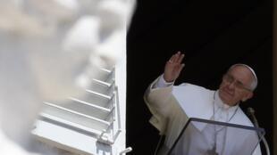 Le pape François à la fenêtre du palais apostolique sur la place Saint-Pierre, au Vatican, le 11 Août 2013.