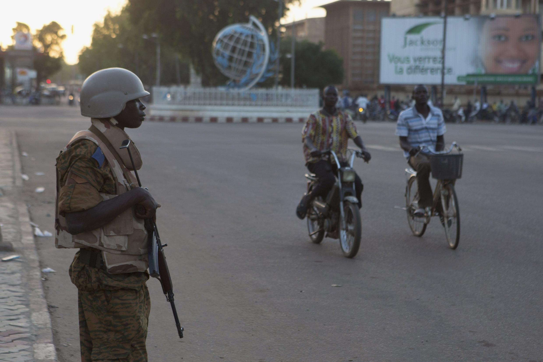 (Photo d'illustration) Un soldat burkinabè en position, à Ouagadougou.